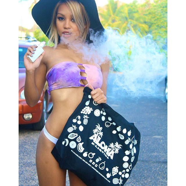 Ready for the day with my beach bag from @alohaeliquids ?? and some of there yummy #TaroCrunch ?? _ #Shykane #shykaneofficial #vapemodels #vapeporn #vape #girlsthatvape #alohaeliquids #hawaii #vapefam #vapelife #808vapers #bae #blonde #hawaii #asian #model