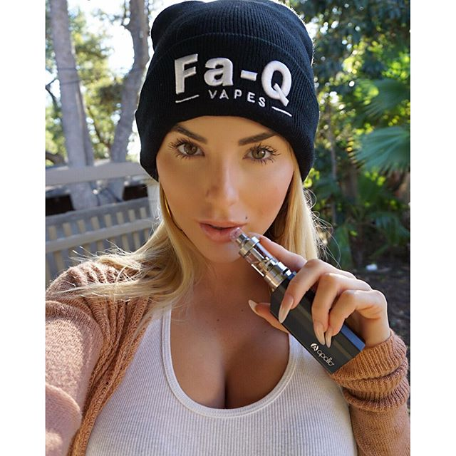 I think we need more hours of sunlight per day! Not enough time to get things done. My simple on the go look with @apollovapes and hat by @faqvapes #Vape #apollovapes #apollo #model #vapelife #vapeporn #mods #vapemodel #blogger #jessicaweaver #simplestyle #blondie #cakes #vapestagram